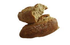 Nytt bakat bröd släntrar brutet på vit bakgrund royaltyfria bilder