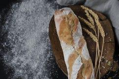 Nytt bakat hemlagat traditionellt bröd på den lantliga trätabellen royaltyfria bilder