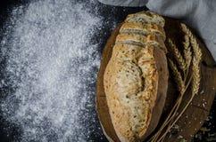 Nytt bakat hemlagat traditionellt bröd på den lantliga trätabellen royaltyfri foto