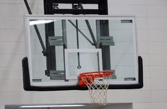 Nytt basketbeslag på ungesportmitten royaltyfri fotografi