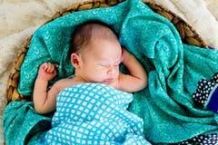 Nytt behandla som ett barn pojken i vävt sova för korg som slås in i kontrollerad sjal Arkivfoto