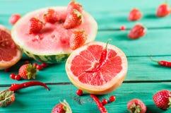 Nytt behandla som ett barn vattenmelon, jordgubbar, grapefrukthalvor, mini- peppar, tranbär på träturkosbakgrund Arkivbilder