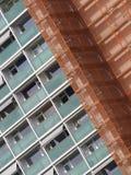 Nytt bostads- torn som täckas, i att förtjäna för säkerhet Arkivbilder