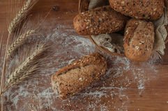 Nytt bröd med frö på den lantliga trätabellen Royaltyfria Bilder