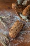 Nytt bröd med frö på den lantliga trätabellen Royaltyfri Bild