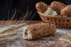 Nytt bröd med frö på den lantliga trätabellen Royaltyfri Fotografi