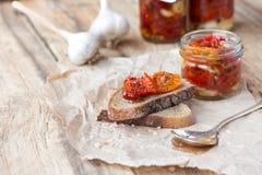 Nytt bröd med sol-torkade tomater på ett trä Arkivfoto