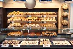 Nytt bröd och bakelser i bageri fotografering för bildbyråer