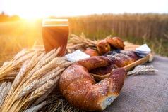 Nytt bröd och en drink, bageriproduktcloseup fotografering för bildbyråer