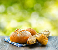 Nytt bröd och rutig servett på trätabellen  Arkivfoto