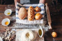 Nytt bröd och stekheta ingredienser sänker lekmanna- Fotografering för Bildbyråer