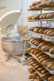 Nytt bröd på ett bageri Arkivbild