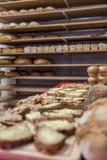 Nytt bröd på ett bageri arkivbilder