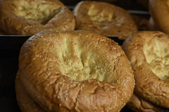 Nytt bröd på hyllan Royaltyfria Foton