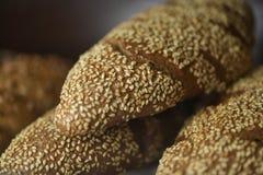 Nytt bröd på hyllan Royaltyfri Fotografi