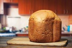 Nytt bröd på köksbordet Royaltyfria Foton