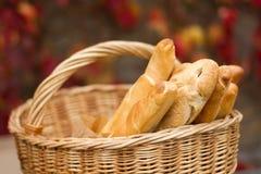 Nytt bröd på korgen Royaltyfri Bild