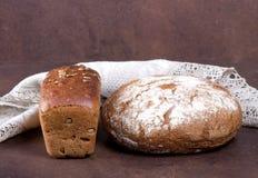Nytt bröd på lantliga bakgrunder Arkivfoto