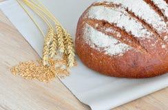 Nytt bröd på tabellen Royaltyfria Foton