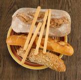 Nytt bröd på trätabellen Arkivbilder