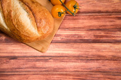 Nytt bröd på trätabellen Med utrymme för din text Arkivfoto
