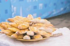 Nytt bröd, varma organiska bagetter för smörgåsar, selektiv fokus Med stället för text för bakgrundsbruk Verklig plats Royaltyfri Foto
