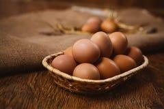 Nytt bruna ägg och vete på linnebakgrund Arkivfoto