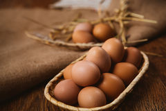 Nytt bruna ägg och vete på linnebakgrund Royaltyfri Foto