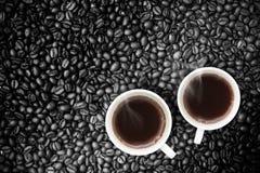 Nytt bryggat kaffe med Coffeebeans Royaltyfri Fotografi