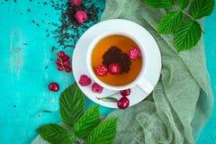 Nytt bryggat te med mogna bär för sommar Bästa sikt med kopieringsutrymme royaltyfria foton