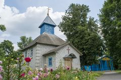 Nytt byggd kristen kyrka som lokaliseras i byn royaltyfri bild