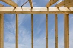 Nytt byggt tak på bostads- hus i konstruktion fotografering för bildbyråer