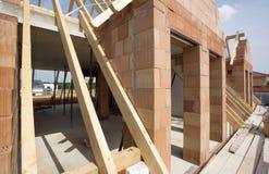 Nytt byggt tak på bostads- hus i konstruktion royaltyfria foton