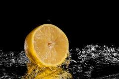 Nytt citronvatten Isolerat på svart bakgrund Arkivfoto