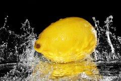 Nytt citronvatten Isolerat på svart bakgrund Fotografering för Bildbyråer