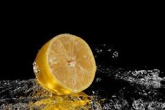 Nytt citronvatten Isolerat på svart bakgrund arkivbilder