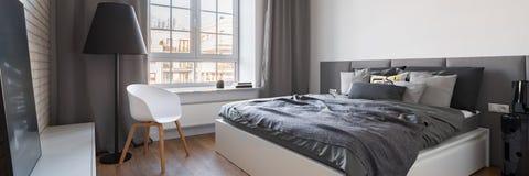 Nytt designsovrum med det stora fönstret royaltyfri foto