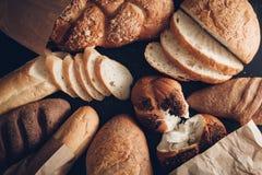 Nytt doftande bröd på tabellen Royaltyfria Foton