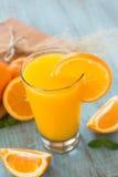 Nytt exponeringsglas av orange fruktsaft för frukost med skivan Arkivbilder