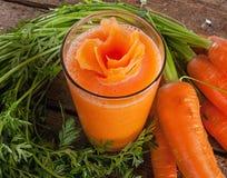 Nytt exponeringsglas för morotfruktsaft med nya organiska morötter Royaltyfria Foton