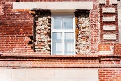 Nytt fönster i gammal byggnad Arkivfoto