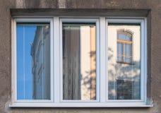 Nytt fönster med gammal husreflexion Fotografering för Bildbyråer