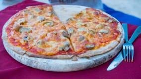 Nytt förberedd pizza med champinjoner och korven Royaltyfri Bild