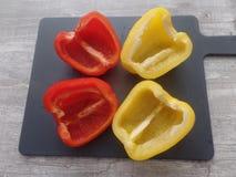 Nytt förberedda gula och röda peppar arkivfoton