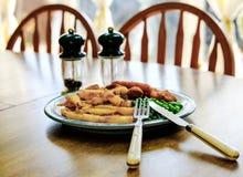 Nytt förberett traditionellt mål av fisken och chiper som ses på ett köksbord royaltyfri foto