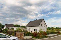 Nytt förorts- familjhus nära staden arkivbilder