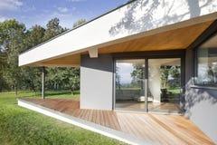 Nytt familjhus med trädgården Arkivfoto