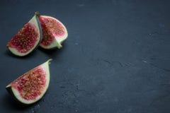 Nytt fikonträdsnitt in i skivor  placera text banta frukt royaltyfri bild