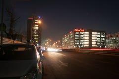 Nytt finansiellt område vid natt Arkivfoto