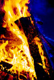 Nytt flammar brinna kick arkivbilder